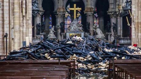 Trümmerteile und verkohlte Holzbalken im Inneren der Kathedrale. Foto: Christophe Petit Tesson/EPA POOL/AP/dpa