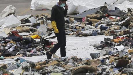 Ein Ermittler inmitten von Trümmern der Boeing 737 Max von Lion Air.