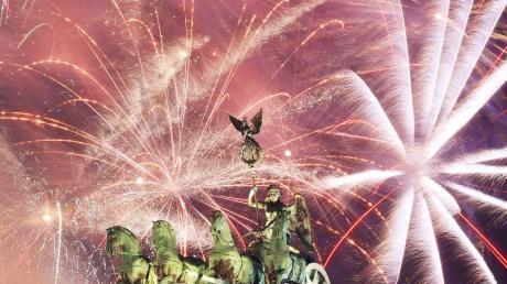 Feuern aus allen Rohren bei Deutschlands größter Silvesterparty am Brandenburger Tor. Foto: Monika Skolimowska/zb/dpa