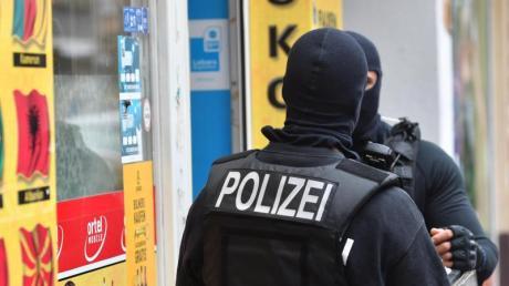 In Bayern keine Rolle spielt laut Herrmann die derzeit bundesweit viel diskutierte Clan-Kriminalität arabischer oder türkischer Großfamilien.