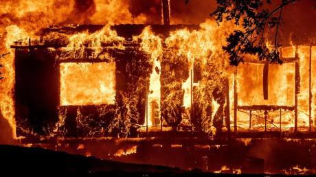 Ein brennendes Haus im Bezirk Sonoma. Foto: Noah Berger/FR34727 AP/dpa