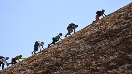 Das Besteigen des Uluru ist jetzt verboten. Foto: Lukas Coch/AAP/dpa