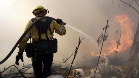 Ein Feuerwehrmann ist bei einem Waldbrand in Santa Clarita im US-Bundesstaat Kalifornien im Einsatz. Foto: Marcio Jose Sanchez/AP/dpa