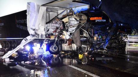 Bei dem Unfall wurden beide Fahrer schwer verletzt. Foto: René Priebe/dpa