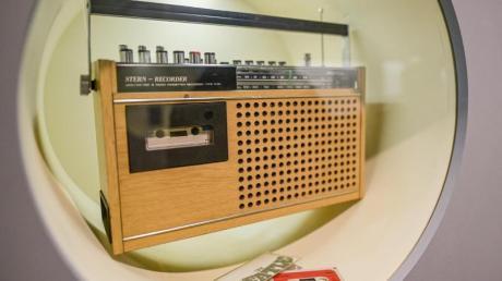 """Kassettenrekorder mit Radioteil im Archäologischen Museum in der Sonderausstellung """"hot stuff - Archäologie des Alltags"""". Foto: Axel Heimken/dpa"""