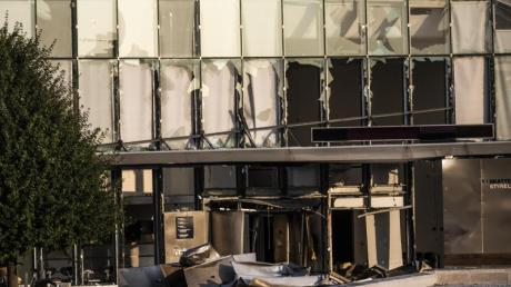 Glasreste zerbrochener Fensterscheiben, die durch eine Explosion am Eingang der dänischen Steuerbehörde zerstört wurden, hängen noch in denFensterrahmen.