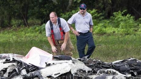 Rettungskräfte stehen neben dem abgestürzten Flugzeug in Ocala.