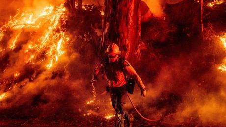 Nach dem tagelangen Einsatz der Feuerwehren in Kalifornien ist das größte Buschfeuer in dem US-Westküstenstaat zu fast zwei Dritteln eingedämmt. Foto: Noah Berger/AP/dpa