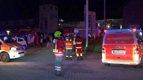 Rettungskräfte stehen vor dem Swinger-Club im nordrhein-westfälischen Hattingen. Foto: -/TNN/dpa