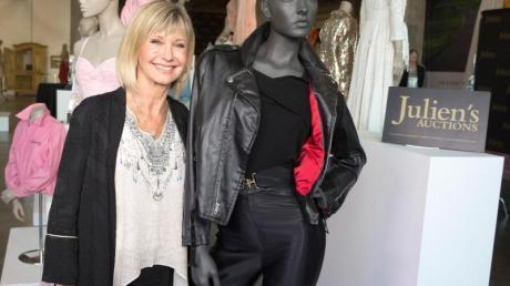 Olivia Newton-John neben ihrem hautengen Leder-Outfit bei der Versteigerung einiger Stücke aus ihrem Kleiderschrank. Foto: Michelle Day/Julien's Auctions/dpa