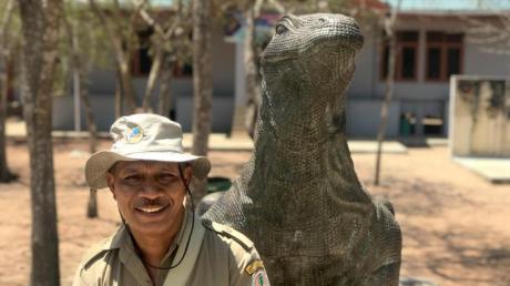 Chef-Ranger Johanes Rawineben einem Drachen-Denkmal im Nationalpark von Komodo.