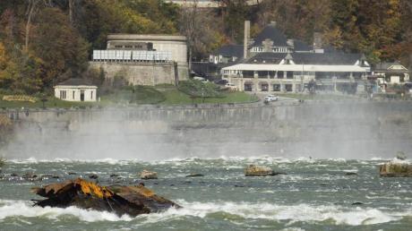 Das historische Bootswrack «Iron Scow» steckt in einer Stromschnelle vor den Niagara-Fällen fest. Foto: Tara Walton/The Canadian Press/AP/dpa