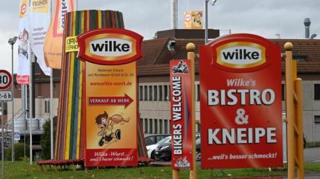 Hier ruht der Betrieb: Einfahrt zum Werksgelände des nordhessischen Wurstherstellers Wilke. Foto: Uwe Zucchi/dpa