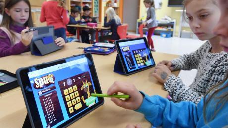 Im Vergleich zu anderen Ländern sind die Schulen in Deutschland absolut unter-digitalisiert. Vor allem in Skandinavien ist das anders. Aber auch dort haben die Lehrer oft mit der Technik zu kämpfen.