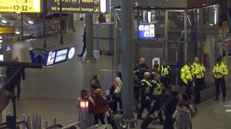 Polizisten am Mittwochabend bei dem Einsatz am Flughafen Schiphol. Foto: Peter Dejong/AP/dpa