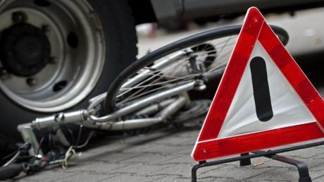 Ein zerstörtes Fahrrad unter den Hinterrädern eines Lkw.