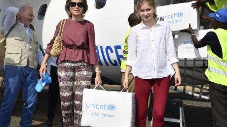 Königin Mathilde von Belgien und ihre Tochter Kronprinzessin Elisabeth besuchten vor wenigen Monaten das Flüchtlingslager Kakuma in Kenia und brachten Unicef-Hilfsgüter mit. Foto: Eric Lalmand/BELGA/dpa