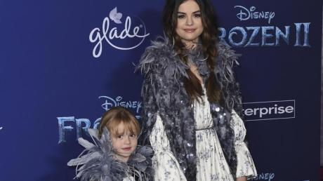 Hand in Hand auf dem roten Teppich:Selena Gomez und ihre Halbschwester Schwester Gracie Elliot. Foto: Jordan Strauss/Invision/AP/dpa