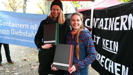 Die beiden Klägerinnen Caro (l.) und Franzi protestieren vor dem Bundesverfassungsgericht gegen die Strafbarkeit des «Containern».