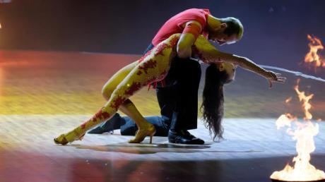 Voller Hingabe:Die Profi-Tänzerin Renata Lusin und Promi-Tänzer Pascal Hens. Foto: Henning Kaiser/dpa