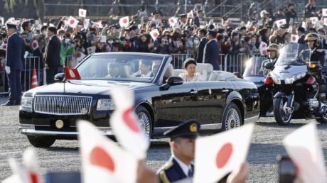 Das japanische Volk jubelt Kaiser Naruhito und Kaiserin Masako zu. Foto: kyodo/dpa