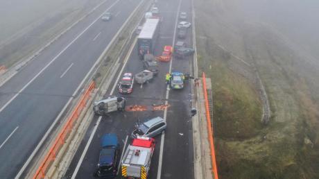 Demolierte Fahrzeuge an der Unfallstelle auf der Autobahn A7. Foto: Karl-Josef Hildenbrand/dpa