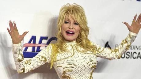 Die Country-Sängerin Dolly Parton hat sich über das Ausmaß an Selbstinszenierung in sozialen Netzwerken lustig gemacht.