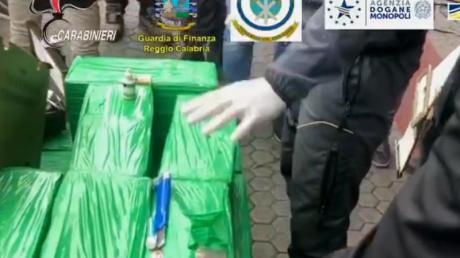 Die italienische Finanzpolizei und Europol haben fast 1200 Kilo Kokain in Bananenkisten gefunden. Foto: -/Guardia di Finanza/dpa