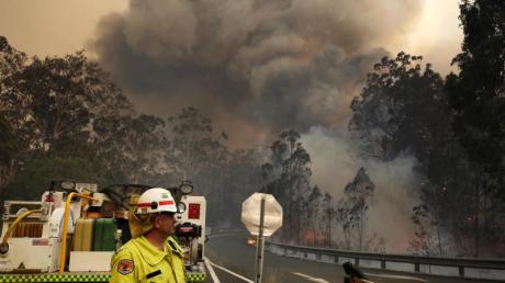 Einsatzkräfte bekämpfen Waldbrände im Taree-Nationalpark in New South Wales. Foto: Darren Pateman/AAP/dpa