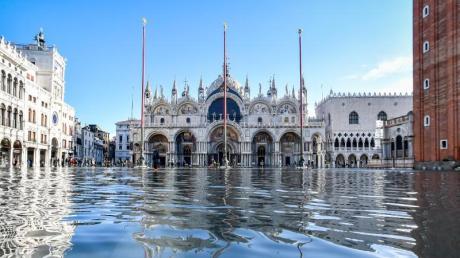 Der Dogenpalast spiegelt sich im Hochwasser auf dem Markusplatz. Foto: Claudio Furlan/LaPresse via ZUMA Press/dpa