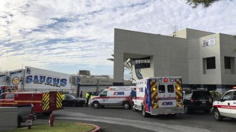 Krankenwagen stehen vor der Saugus High School in Santa Clarita, wo ein Schütze mindestens einen Menschen getötet hat. Foto: Marcio Jose Sanchez/AP/dpa