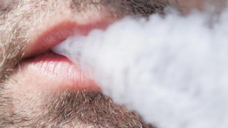 Ein Mann raucht eine E-Zigarette.