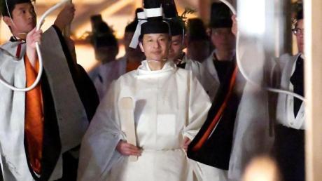 Japans Kaiser Naruhito (M) geht in Richtung Sukiden, eine von zwei Haupthallen am Schrein für Daijosai. Foto: Uncredited/Kyodo News/dpa