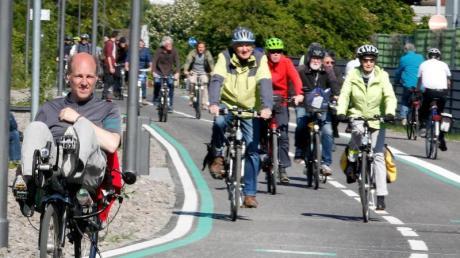 So sollte es immer sein:Fahrradfahrer bei der offiziellen Eröffnung eines weiteren Teilstücks des Radschnellwegs Ruhr (RS 1). Foto: Roland Weihrauch/dpa