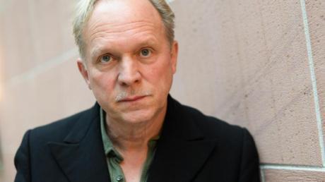 Der Schauspieler Ulrich Tukur zieht in Berlin in eine Wohnung mit Kohleöfen ein.