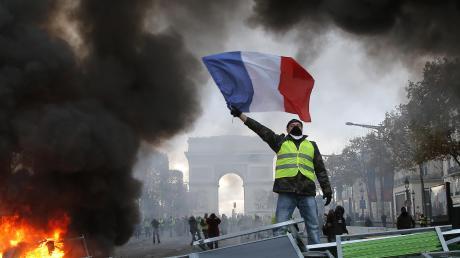 Mehrmals kam es am Rande der Demonstrationen zu Ausschreitungen, wie hier auf der Pariser Prachtstraße Champs-Élysées.