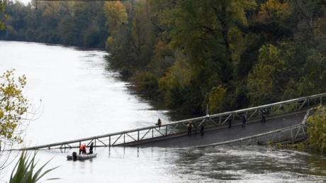 Rettungskräfte neben der eingestürzten Brücke in Mirepoix-Sur-Tarn. Foto: Eric Cabanis/AFP/dpa