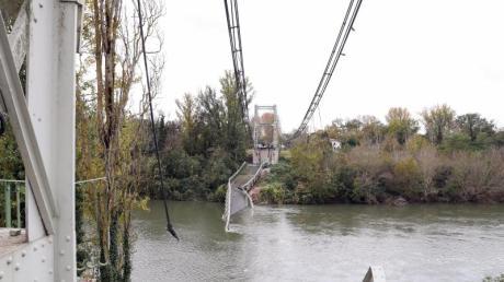 Überreste der Hängebrücke, die die Orte Mirepoix-sur-Tarn und Bessieres verband, liegen im Fluss Tarn. Foto: Manuel Blondeau/Aop.Press/Zuma Press/dpa