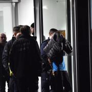 Polizisten nehmen nach einer Auseinandersetzung, in deren Folge ein Mensch durch Messerstiche getötet wurde, in der privaten Schlosspark-Klinik eine Person fest. Foto: Paul Zinken/dpa