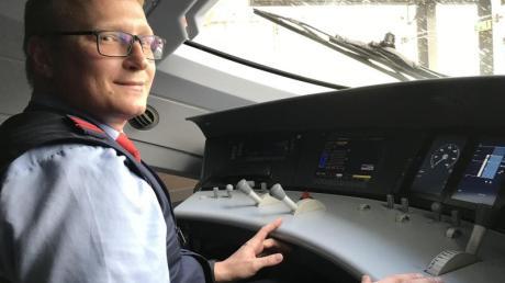 Clever ausrollen lassen: Lokführer Marcel Tschirschwitz demonstriert im ICE-Führerstand energiesparendes Fahren bei der Deutschen Bahn.