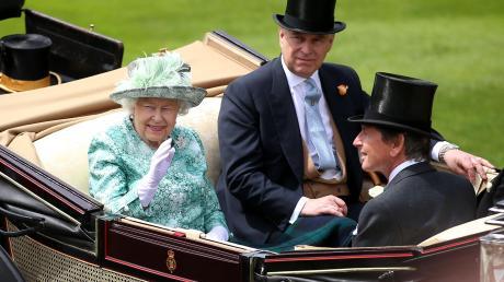 Königin Elizabeth II. und ihr Sohn Prinz Andrew auf einem Foto aus dem Jahr 2018. Nun bat er sie um seinen Rücktritt.