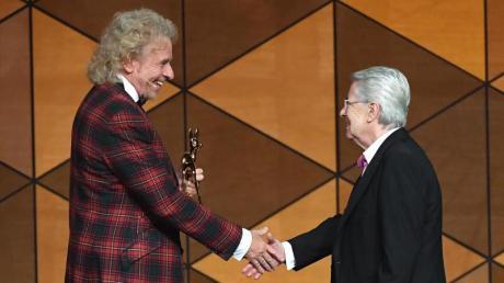 Frank Elstner war von der Auszeichnung für sein Lebenswerk vollkommen überrascht. Er erhält den Bambi aus den Händen von TV-Legende Thomas Gottschalk.