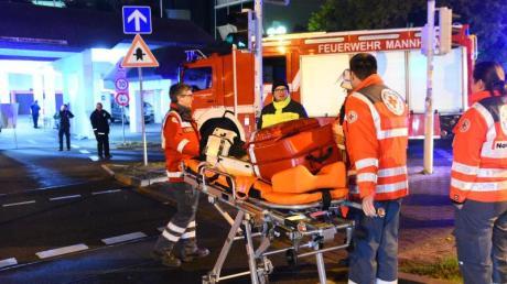 Rettungskräfte stehen einem Hochhaus in Mannheim, in dem ein Brand ausgebrochen war.