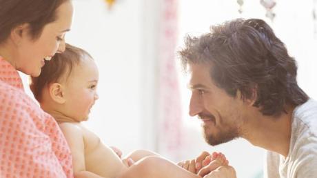 70 Prozent der Befragten einer ZDF-Umfrage sind der Auffassung, Väter sollten länger Elternzeit nehmen.