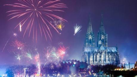 Feuerwerk ist am Rhein über dem Kölner Dom zu sehen.