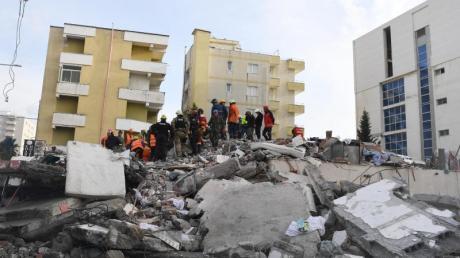 Rettungskräfte stehen auf den Trümmern eines eingestürzten Gebäudes. Bei dem schwersten Erdbeben seit Jahrzehnten kamen in Albanien mindestens 49 Menschen ums Leben.