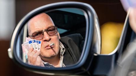 """""""Ich hatte tausende Kunden, darunter viele Promis"""", sagt Rolf Herbrechtsmeier. Die Staatsanwaltschaft wiederum sagt: In hunderten Fällen hat er Kunden betrogen."""
