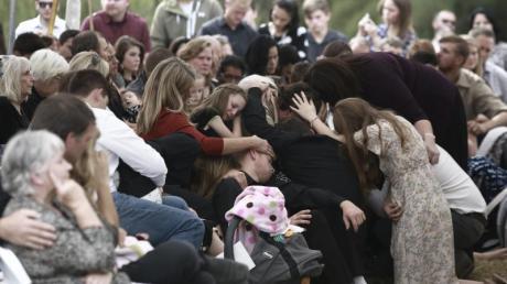Angehörige und Freunde nehmen an der Beerdigung der getöteten Mormonenfamilienmitglieder in Mexiko teil.