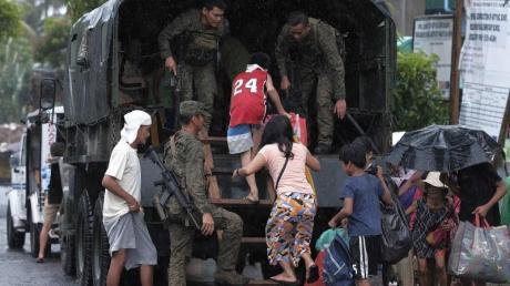 Einwohner von Legazpi werden in Sicherheit gebracht: Hunderttausende Menschen mussten auf den Philippinen aus Angst vor Überschwemmungen und Erdrutschen ihre Häuser verlassen.