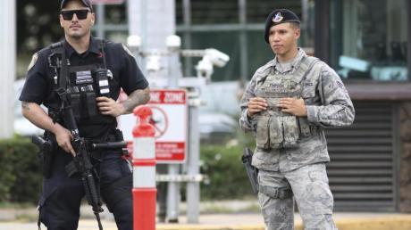 Nach den Schüssen riegeln Sicherheitskräfte den Zugang zum US-Militärstützpunkt Pearl Harbor-Hickam ab.